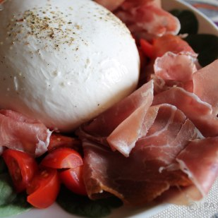 Burrata http://bit.ly/burratacrudoecherrytomatoes